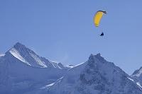 スイス ツィナールロートホルンとパラグライダー