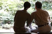 縁側から庭を眺めるシニア夫婦
