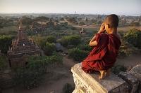 ミャンマー マンダレー 寺院を拝む仏教徒の子供