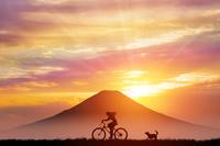 富士山と朝日に自転車の女性と犬
