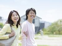 笑顔で歩くカップル