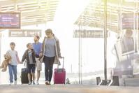 旅行する外国人家族