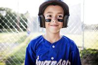 野球のユニフォームを着た男の子