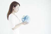 地球を見つめる日本人女性