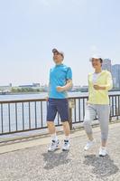 ウォーキングをする日本人シニア夫婦