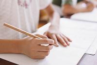 ノートに字を書く小学生