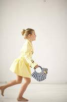 ハンドバッグを持って歩く女の子