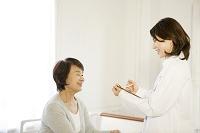 検診を受けるシニア女性と医者