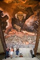 立ち上がるイダルゴ神父 ハリスコ州庁舎
