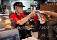 高齢化進むシンガポール 高齢者の就労を重要視