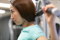 ウェイトトレーニングする日本人女性