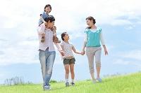 野原を歩く日本人家族