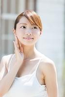キャミソールの爽やかな女性 美容イメージ