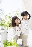 じょうろを持つ日本人親子
