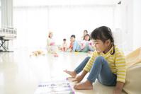 保育園で遊ぶ日本人の子供