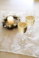 シャンパンとキャンドルとクリスマスリース
