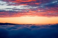 北海道 美幌峠より朝やけと雲海に覆われた屈斜路湖