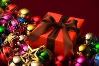 クリスマスオーナメントとギフトボックス