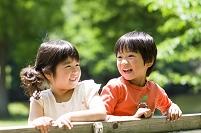 公園で遊ぶ仲良し日本人の女の子