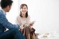 タブレットを見て話す中高年日本人夫婦