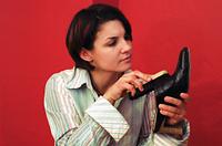 靴を磨く女性