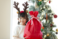 クリスマスプレゼントを持ち微笑む日本人の女の子