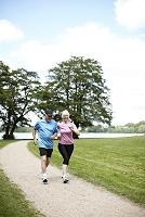 ジョギングをするシニアカップル