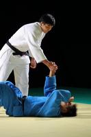 手を差し出す日本人の男子柔道選手