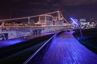 大桟橋に停泊中の電灯艦飾の護衛艦いずもの夜景