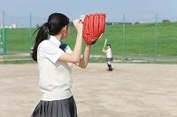 野球をする女子校生