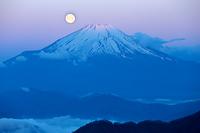 神奈川県 丹沢山より紅富士と満月