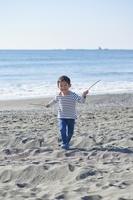 海岸で遊ぶ日本人の男の子