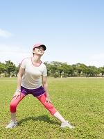 ストレッチをする日本人の女性