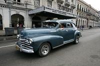 キューバ ハバナ旧市街にクラシックタクシー