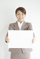 メッセージボードを持つビジネスウーマン