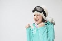 スキーウェアの日本人女性1人