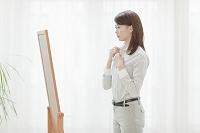 身支度する日本人ビジネスウーマン