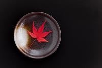 お皿に置かれた紅葉の葉