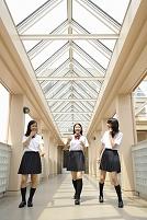 校内を歩く女子高生