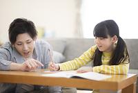 リビング学習をする親子