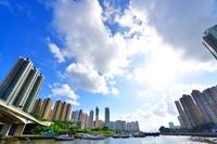 中国 高層ビルと白い雲と船と橋と川
