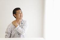 肩こりに悩む中年日本人男性
