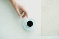 コーヒーカップに手を伸ばす