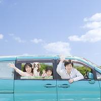 車から手を振る日本人家族