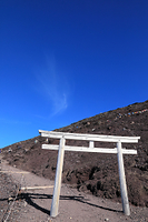 富士山九合目付近の鳥居と青空