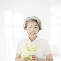 花束を持った日本人のシニア女性