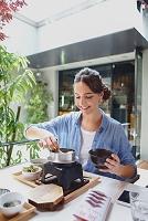 和食を楽しむ外国人