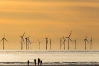 風力発電と家族のシルエット