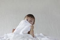 タオルの中に座る赤ちゃん