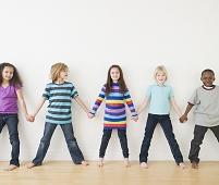 手を繋いで並ぶ子供達